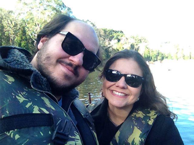 Passeio de pedalinho no Lago Negro em Gramado. Diego pedalando e eu com medo de afundar!